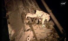 Astronautas Scottas Kelly užsiima pavojingais darbais TKS išorėje