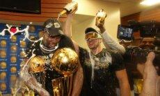 Golden State Warriors  drabužinėje maudėsi tūkstančius kainuojančio šampano pursluose