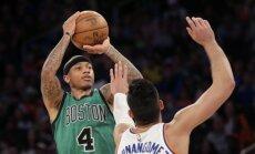 Boston Celtics įžaidėjas Isaiah Thomas atakuoja Knicks krepšį