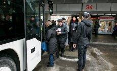 Keleiviai lipa į autobusą