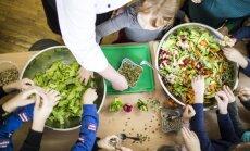 Vaikai gamina salotas
