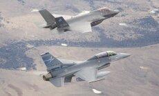 F-35A (aukščiau) ir F-16 (JAV Karinio jūrų laivyno nuotr.)