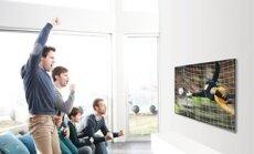 Futbolo aistruoliai stebi rungtynes per TV
