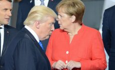 (iš kairės) Prancūzijos prezidentas E. Macronas, JAV prezidentas D. Trumpas ir Vokietijos kanclerė A. Merkel