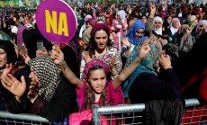 Kovo 8-ąją moterys protestavo kurdų dominuojamame Turkijos Diyarbakir mieste