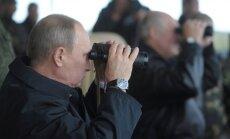 """V. Putinas ir A. Lukašenka stebi """"Zapad"""" ginkluotųjų pajėgų pratybas 2013 m."""