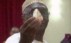 Siera Leonės iškasenų ir resursų ministras Alhaji Minkailu laiko surastą 706 karatų deimantą