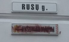 Vandalai tą pačią dieną ištepliojo pakabintą užrašą rusų kalba