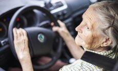 Senolė už vairo