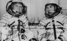 """Vilniaus gamyklose, vadintose """"pašto dėžutėmis"""", kuriose buvo gaminama slapta įranga arba jos detalės, lankydavosi ir SSRS kosmonautai. Jų nuotrauka atminimui, užrašyta 1975 metais. Dešinėje – pirmasis ukrainietis  ir ketvirtasis sovietinis kosmonautas Pa"""
