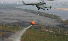 Karinių oro pajėgų sraigtasparnis Mi-8 su įgula padeda gesinti Kuršių Nerijoje kilusį gaisrą
