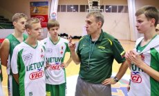 Kęstutis Kemzūra su jaunaisiais krepšininkais