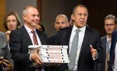 Užsitęsus deryboms dėl Sirijos S. Lavrovas apdalijo žurnalistus degtine ir picomis