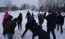 Trakiečiai pasaulinę sniego dieną paminėjo žaisdami ledo ritulį