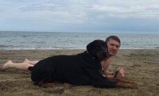 Šuo su savo šeimininku pliaže