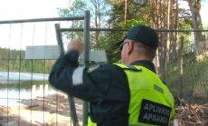 Aplinkosaugininkams tenka ardyti tvoras, kad pasiektų žvejus