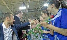 Arvydas Sabonis teikia gėles Utenos krepšininkėms (bcUtena.lt nuotr.)