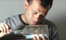 Menininkas iš Egipto stiklo buteliuose apgyvendina senovinių laivų modelius