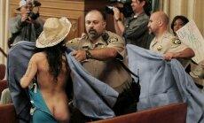 Protestuotojai prieš nuogo kūno draudimą San Franciske nusiplėšė drabužius