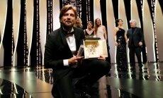 """Kanų festivalio pagrindinį apdovanojimą pelnė švedų satyra """"Aikštė"""""""