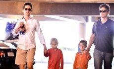Žinomas aktorius Mattas Bomeris ir jo ilgametis partneris Simonas Hallas su savo vaikais