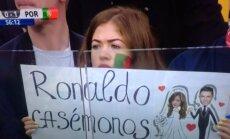 Aistruolė laiko plakatą su siūlumu Cristiano Ronaldo