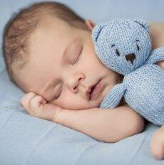Tėvų gudrybės, padėsiančios kūdikį greičiau užmigdyti