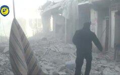Nufilmuota, kaip Sirijoje iš po griuvėsiu ištraukta gyva mergaitė