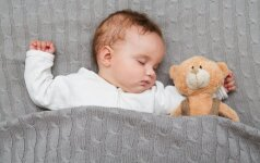 Ant nugaros miegodamas kūdikis gali uždusti: tiesa ar mitas