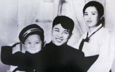 ŽIAURIAUSIAS DIKTATORIUS Kim Jong Unas draugus siunčiasi iš užsienio, impotenciją gydo nuodais, o dėdę sušėrė šunims