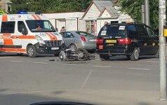 Kaune motociklas susidūrė su taksi, motociklininkas skubiai išvežtas į klinikas