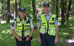 Iš pelkės miške išgelbėtas senolis iki žemės lenkiasi pareigūnams