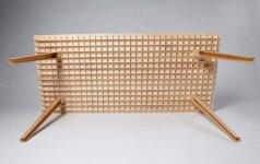 Lengviau nebūna: tvirtas medinis stalas pakeliamas vienu pirštu