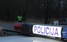 Dramatiškos bėglio gaudynės: vyras pareigūnų bandė atsikratyti ir grasinimais nusižudyti