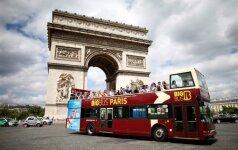 Paryžiuje turistų autobuso stogas kliudė tiltą, yra sužeistų