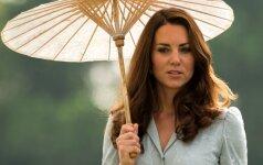 """Kate Middleton košmaras tęsiasi: paparaciai Kembridžo hercogienei """"numovė"""" ir kelnaites"""