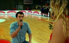 Krepšinio rungtynių metu - piršlybos, kokių dar nebuvo