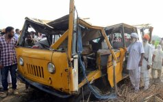Indijoje autobusui susidūrus su sunkvežimiu žuvo mažiausiai 24 vaikai