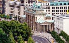 Berlyne antiislamiški protestuotojai užsilipo ant Brandenburgo vartų