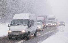 Vairuotojų neatsargumas stebina: 164 km/val. greičiu lėkęs jaunas vyras teisinosi mokslais