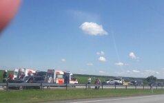 Tragedija magistralėje: latvių šeimos BMW susidūrė su sunkvežimiu, žuvo moteris