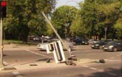 """Vilniuje """"Opel"""" vairuotoja rėžėsi į šviesoforą"""