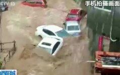 Kinijoje kilusio potvynio vanduo gatvėmis plukdė automobilius