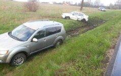 """Dėl """"kelių gaidelio"""" su BMW magistralėje susidūrė ir nuo kelio nulėkė du automobiliai, kiti du apdaužyti"""