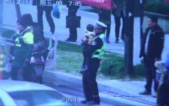 Nufilmuota, kaip partrenkiama dviratininkė su vaiku ir herojiškas policininko poelgis