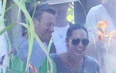 A. Jolie užfiksuota flirtuojanti ir smagiai leidžianti laiką su žaviu vyru FOTO