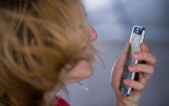 Seimas pritarė pataisoms uždrausti pėstiesiems naudotis mobiliaisiais telefonais perėjose