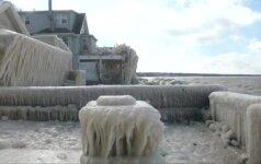 Ant Ontarijo ežero kranto ledu aptrauktas namas traukia smalsuolių žvilgsnius