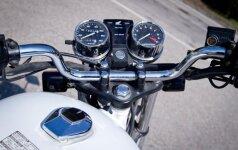 Pamoka motociklu baigėsi ligoninėje: rėžėsi į tvorą