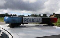 """Girtas nepilnametis bandė pabėgti nuo policijos – """"Audi"""" apvirto"""